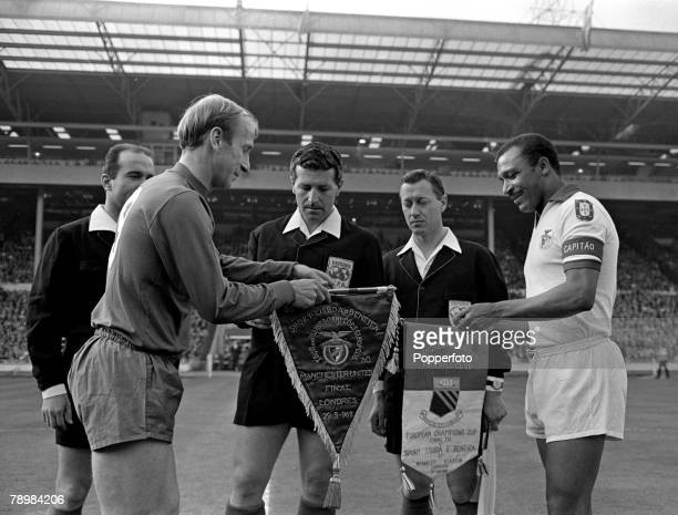 29th May 1968 European Cup Final at Wembley Manchester United 4v Benfica 1 aet Manchester United captain Bobby Charlton left exchanges pennants with...
