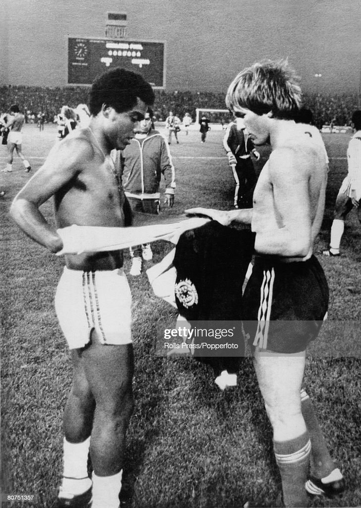 Sport Football. pic: 3rd June 1978. 1978 World Cup Finals in Argentina. Scotland 1 v Peru 3. in Cordoba. Scotland's Kenny Dalglish, right, exchanges shirts with Peru's Teofilo Cubillas, who scored two goals in the match. : News Photo