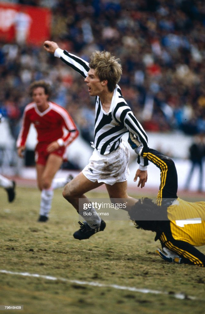 Sport, Football, pic: 8th December 1985, Tokyo, World Club Championship, Juventus beat Argentinos Juniors 4-2 on penalties : News Photo