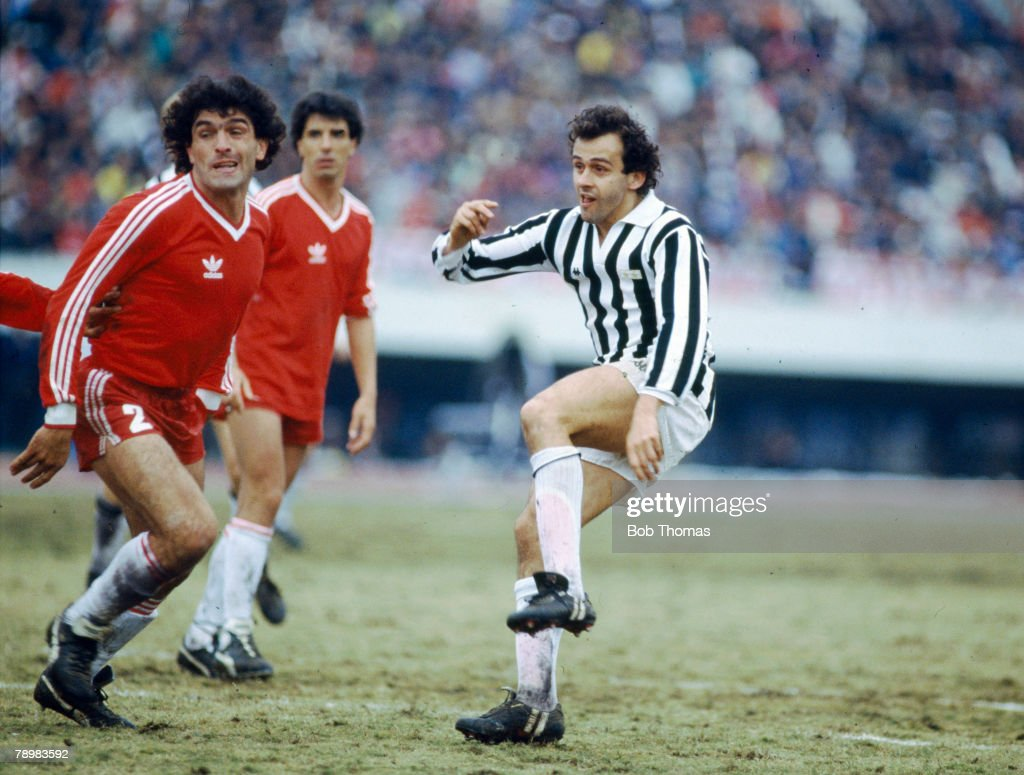 BT Sport. Football. pic: 8th December 1985. World Club Championship in Tokyo. Juventus beat Argentinos Juniors on penalties. Michel Platini, Juventus, gets in a shot past the Juniors defenders. : Foto jornalística