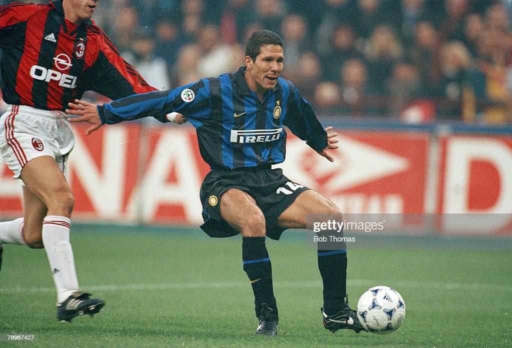 Sport. Football. pic: 8th November 1998. Italian League Serie A. Milan. AC. Milan 2 v Inter Milan 2. Diego Simeone, Inter Milan : Fotografía de noticias