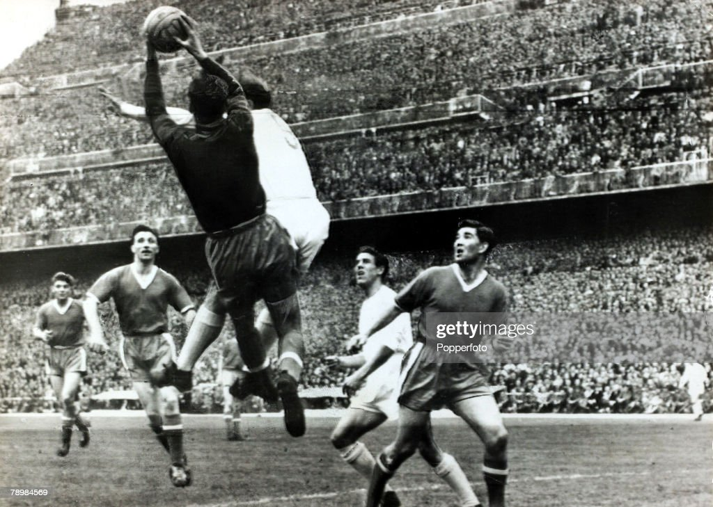 Sport. Football. pic: April 1957. European Cup Semi - Final Ist Leg. Real Madrid 3. v Manchester United 1. in the Bernabeu Stadium. Manchester United goalkeeper Ray Wood saves under pressure from Real Madrid's Alfredo Di Stefano as United players, l-r, Du : Nachrichtenfoto