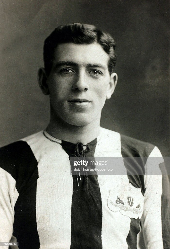 """Sport, Football, pic: circa 1920, Bill McCracken, Newcastle United right back, 1904-1923 one of the most celebrated players of the time, He made a total of 444 appearances for the """"Magpies"""" and won an FA,Cup winners medal 1910, and three League Championsh : News Photo"""