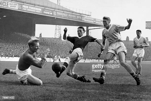 circa 1958 Division 1 Manchester City v Manchester United at Maine Road Manchester United's Albert Scanlon opposed by Manchester City's goalkeeper...