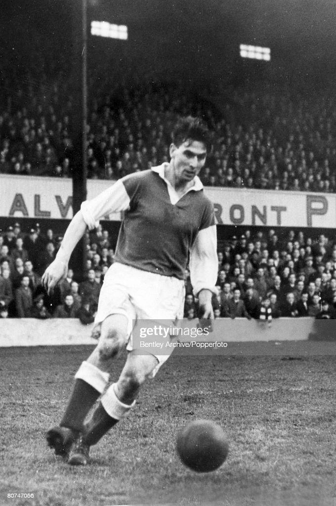 Sport Football. pic: September 1951. Gordon Smith, Hibernian outside right, who also won 19 Scotland international caps scoring 4 goals. : News Photo