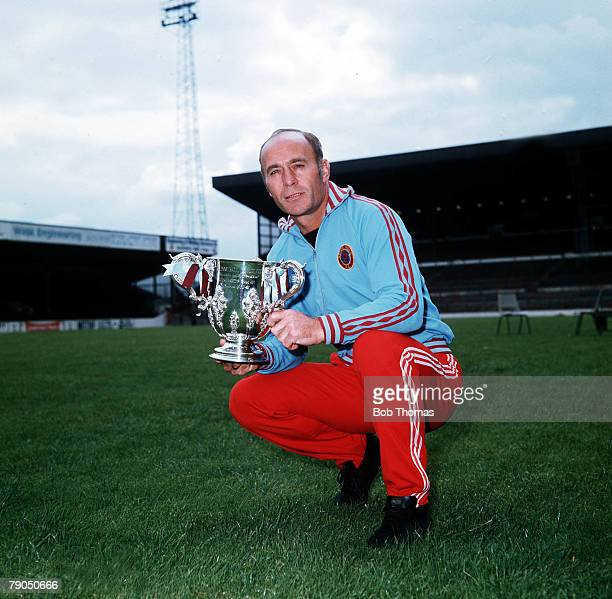 Sport Football Ron Saunders Aston Villa manager with the Football League Cup which Villa won twice in 1975 and 1977