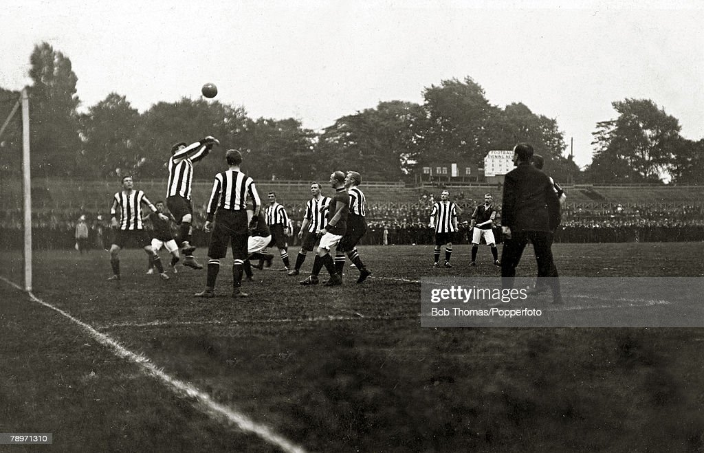 Sport. Football. September 4th 1907. Southern League. Crystal Palace 0 v Northampton Town 2. The Cobblers in striped shirts won the match with goals from McCartney and Didymus. : Nieuwsfoto's