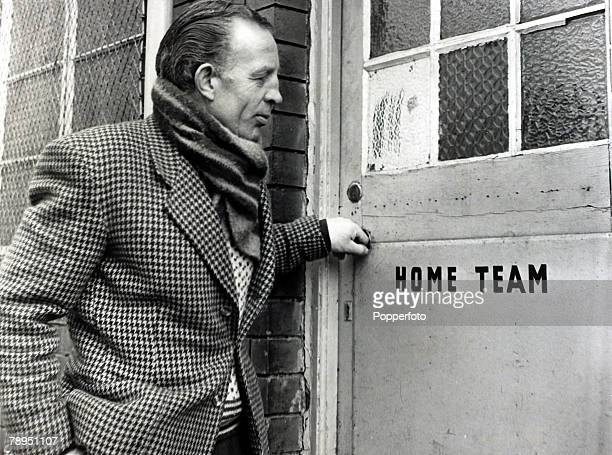 Sport Football The closure of Accrington Stanley FC pic 6th March 1962 Trainer Harry Hubbick closes the team door for the last time at the Accrington...