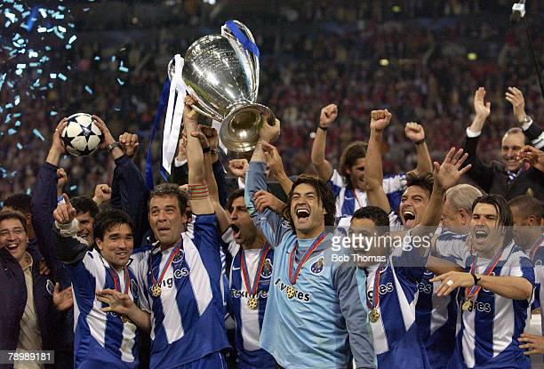 Sport Football UEFA Champions League Final Gelsenkirchen 26th May 2004 AS Monaco 0 v FC Porto 3 The Porto team celebrate with the trophy Players...