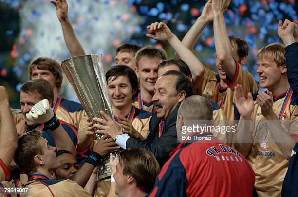 Sport, Football, UEFA Cup Final, Lisbon, 18th May 2005, Sporting Lisbon 1 v CSKA Moscow 3, Moscow coach Valeriy Gazzaev celebrates with the trophy