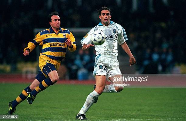 Sport Football UEFA Cup Final Moscow Russia 12th May 1999 Marseille 0 v Parma 3 Parmas Abel Balbo in a race for the ball with Marseilles Pierre Issa