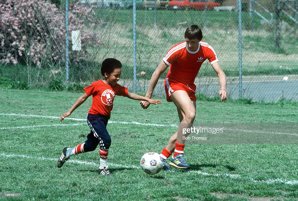 BT Sport, Football, U,S,A, pic: circa 1979, Johan Cruyff, Washinghton Diplomats, 1978-1979 pictured playing with a fan after a training session, Johan Cruyff one of the greatest players of all time won 48 international caps for Holland : News Photo