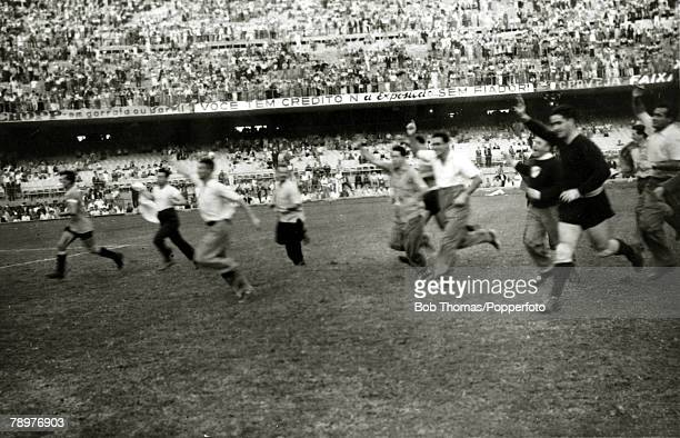 Sport Football World Cup Final 16th July 1950 Maracana Stadium Rio de Janeiro Brazil 1 v Uruguay 2 Jubilant Uruguayan goalkeeper Roque Maspoli leads...