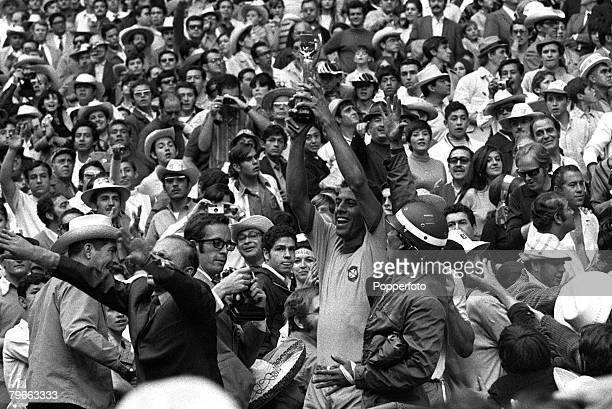 Sport, Football, World Cup Final, Mexico City, Mexico, 21st June 1970, Brazil 4 v Italy 1, Brazil's captain Carlos Alberto holds the Jules Rimet...