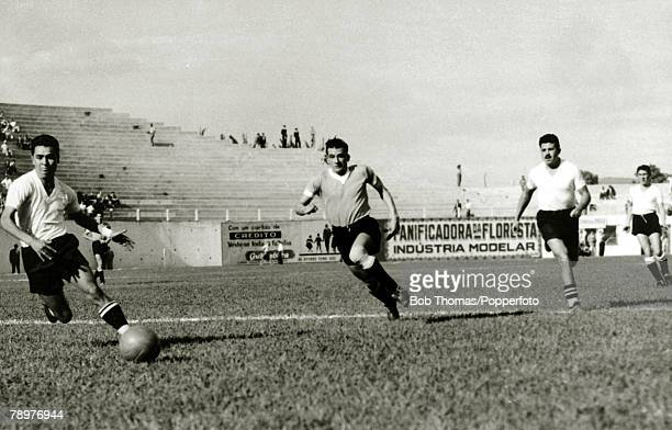 Sport Football World Cup Finals 2nd July 1950 Bela Horizonte Brazil Uruguay 8 v Bolivia 0 Uruguay forward Julio Perez races through the Bolivian...