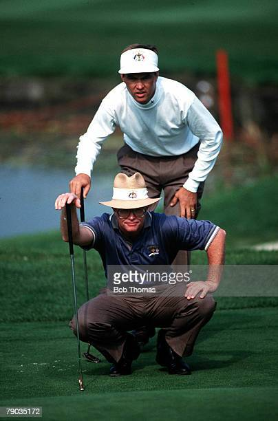 Sport, Golf, The Ryder Cup, The Belfry, England, September 1993, Europe 13 v USA 15, USA's Davis Love III and partner Tom Kite line up a putt on the...