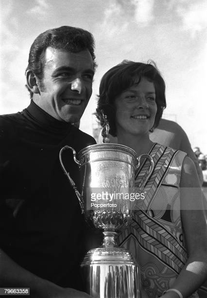 Sport, Golf, United States Open at Chaska, Minnesota, USA, 21st June 1970, British Open Champion Tony Jacklin holds the US Open Championship Trophy...