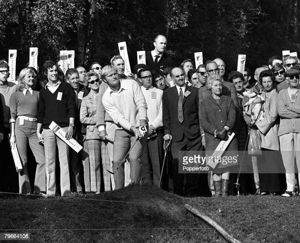 Sport, Golf, World Matchplay Championship, Wentworth, Surrey, 9th October 1970, USA's Jack Nicklaus chips from the rough during the tournament