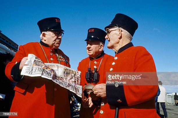 Sport, Horse Racing, 1989 Grand National at Aintree, pic: 8th April 1989, Chelsea pensioners studying the form