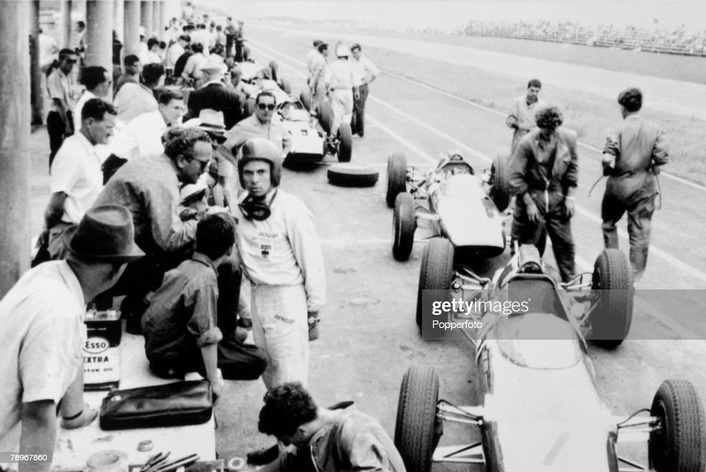 Sport, Motor Racing, December 1962, East London, South African Grand Prix, The scene in the pits shows driver Jim Clark (Helmet) talking to Colin Chapman (glasses), the designer of the Lotus car