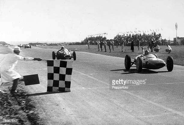 Sport, Motor Racing, Formula One, pic: 2nd January 1962, South African Grand Prix, Great Britain's Jim Clark takes the checkered flag in a Lotus...