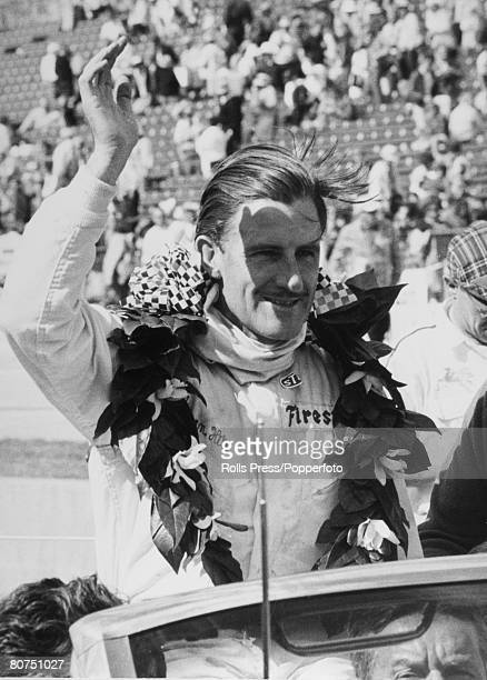 Sport, Motor racing, Indianapolis, May USA Grand prix driver Graham Hill waves to the crowd after winning the 500 mile Speedway Classic race