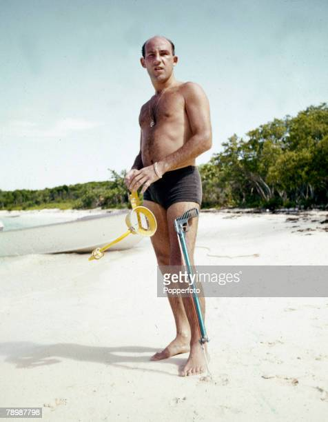 Sport, Motor Racing, pic: 1962, The Bahamas, British racing driver Stirling Moss pictured on the beach in the Caribbean, about to try his hand with a...