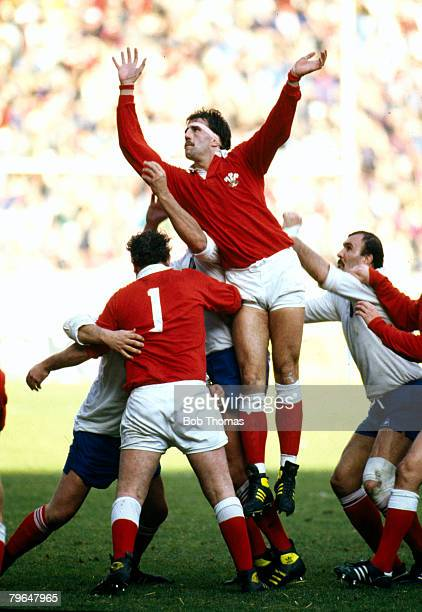 Sport, Rugby Union, pic: 7th February 1987, 5 Nations Championship in Paris, France 16 v Wales 9, Wales lock forward Robert Norster jumps highest at...