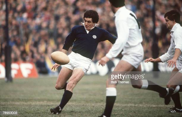 Sport, Rugby Union, pic: January 1982, 5 Nations Championship at Murrayfield, Scotland 9 v England 9, Scotland full back Andy Irvine kicks for touch
