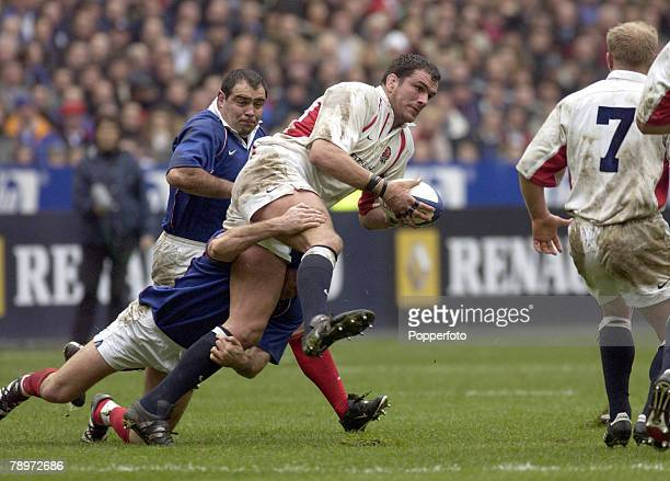 Sport, Rugby Union, Six Nations, Paris, France, 2nd March 2002, France 20 v England 15, England's Martin Johnson is tackled by France's Olivier Magne