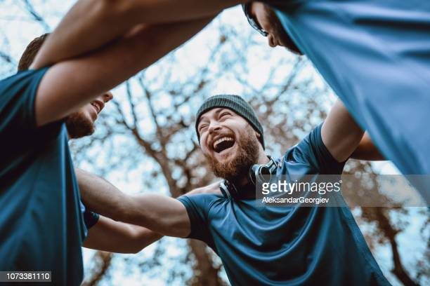 sport team celebrating after winning a competition - alegria imagens e fotografias de stock