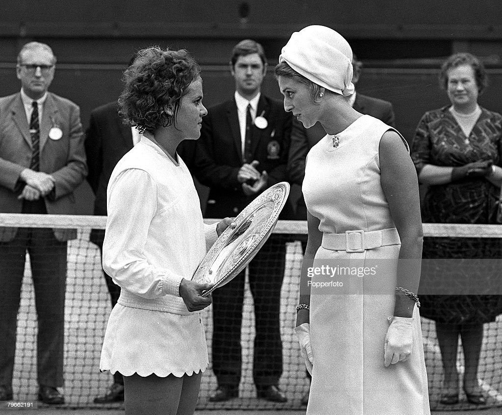 Sport, Tennis, All England Lawn Tennis Championships, Wimbledon, England, 2nd July 1971, Ladies Singles Final, Princess Alexandra chats with the Wimbledon Ladies Singles Champion 19 year old Australian Evonne Goolagong after she had beaten compatriot and  : ニュース写真