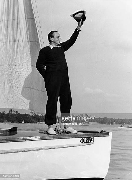 Sport Wassersport Segeln ein stolzer Segler steht am Bug seines Bootes und winkt erschienen 1952 Foto Rudolf Zscheile