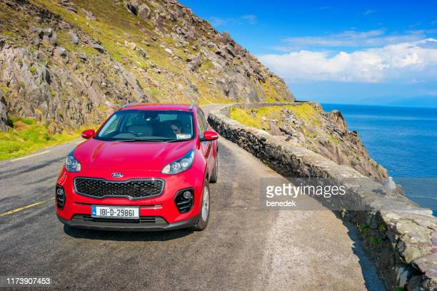 スリーヘッドドライブディングル半島アイルランドのkiaスポーツsuv - キア ストックフォトと画像