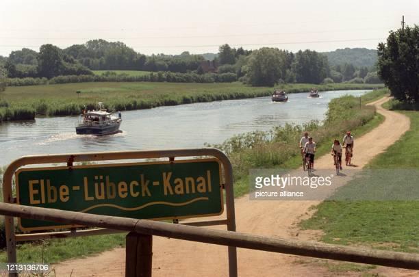 Sportboote und Radfahrer bewegen sich am 1262000 auf und entlang des ElbeLübeckKanals bei Kühsen im Kreis Herzogtum Lauenburg Der 67 Kilometer lange...