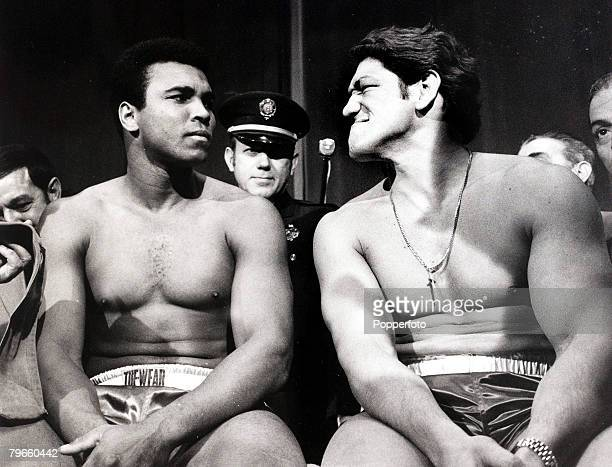 Sport/Boxing, New York, USA, 2nd December 1971, Heavyweight Boxers Muhammad Ali and Argentina's Oscar Bonavena are pictured at the pre-fight medical...