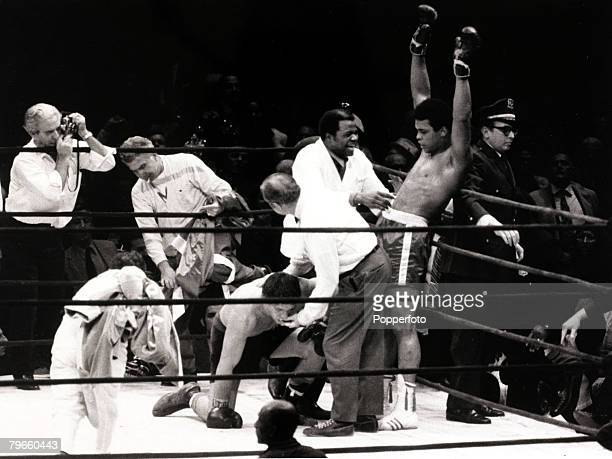 Sport/Boxing, The Felt Forum, New York, USA, 7th December 1971, Heavyweight Championship Fight, Muhammad Ali v Oscar Bonavena, Muhammad Ali raises...