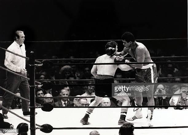 Sport/Boxing, The Felt Forum, New York, USA, 7th December 1971, Heavyweight Championship Fight, Muhammad Ali v Oscar Bonavena, Muhammad Ali, right,...