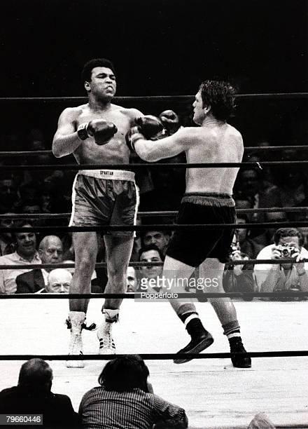 Sport/Boxing, The Felt Forum, New York, USA, 7th December 1971, Heavyweight Championship Fight, Muhammad Ali v Oscar Bonavena, Muhammad Ali, left,...