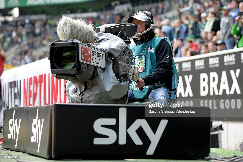 great fit cheap for sale lower price with Sportcast Kameramann in Aktion waehrend des Bundesligaspiels ...