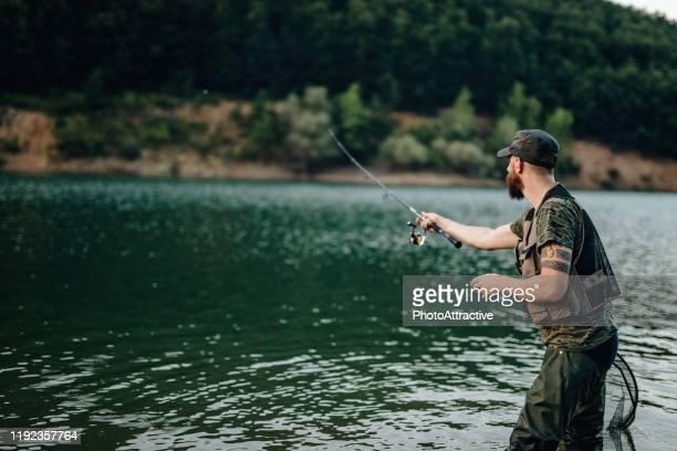 pêche sportive à la rivière, pêche d'homme au jour ensoleillé d'été - activité de plein air photos et images de collection