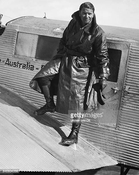 Sportflieger Regisseur DPortrait in Fliegerkleidung beim Einstieg in sein Flugzeug 1933Aufnahme Martin Munkacsy