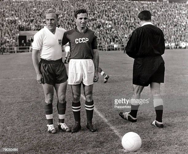 Sport/Football 1958 World Cup Finals Gothenburg 8th June 1958 Group Four Russia 2 v England 2 England captain Billy Wright poses with the Russia...
