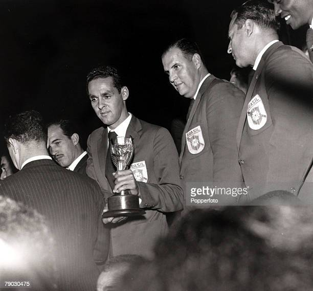 Sport/Football, 1958 World Cup Finals, Sweden, The Brazil team return home, with goalkeeper Gilmar holding the Jules Rimet trophy after the success...