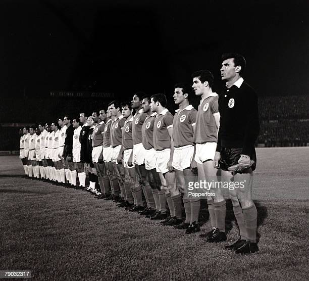 Sport/Football 1962 World Club Championship Lisbon Portugal 11th October 1962 Benfica 2 v Santos 5 Benfica and Santos players line up before the game