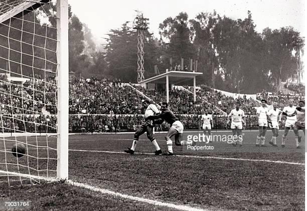Sport/Football 1962 World Cup Finals Vina Del Mar Chile Quarter Final 10th June 1962 Brazil 3 v England 1 Brazil's Vava scores his side's second goal...