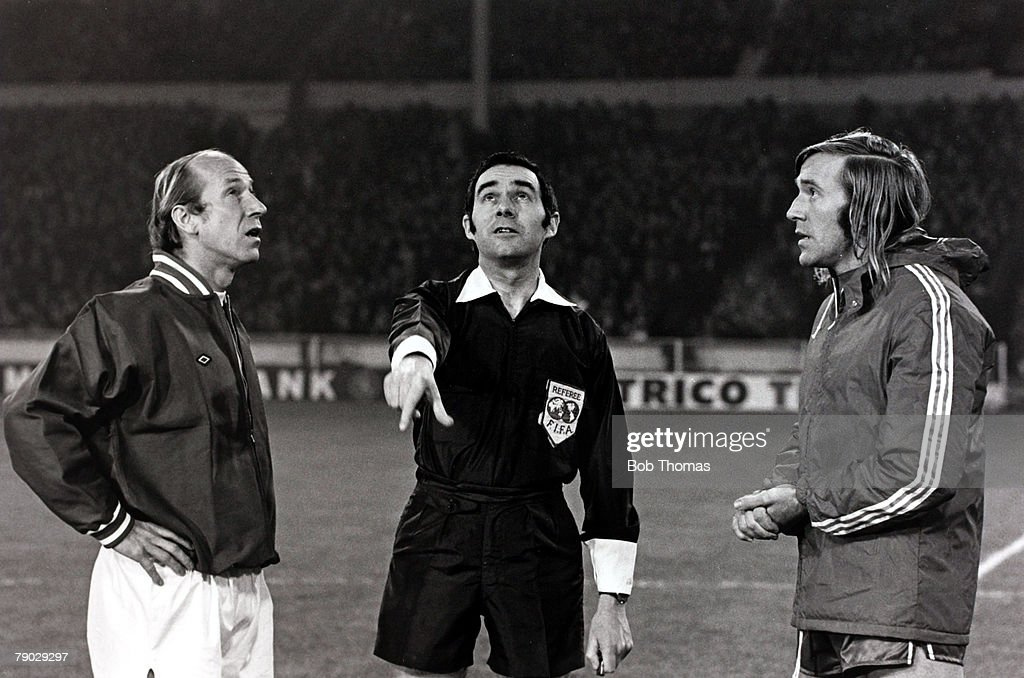 Sport/Football, 3rd January 1973, Wembley, London, England, Common Market International match, The Three v The Six, Referee Norman Burtenshaw spins the coin watched by the team captains Bobby Charlton (left) and Gunther Netzer, The match was played to mark the United Kingdom's entry into the European Community