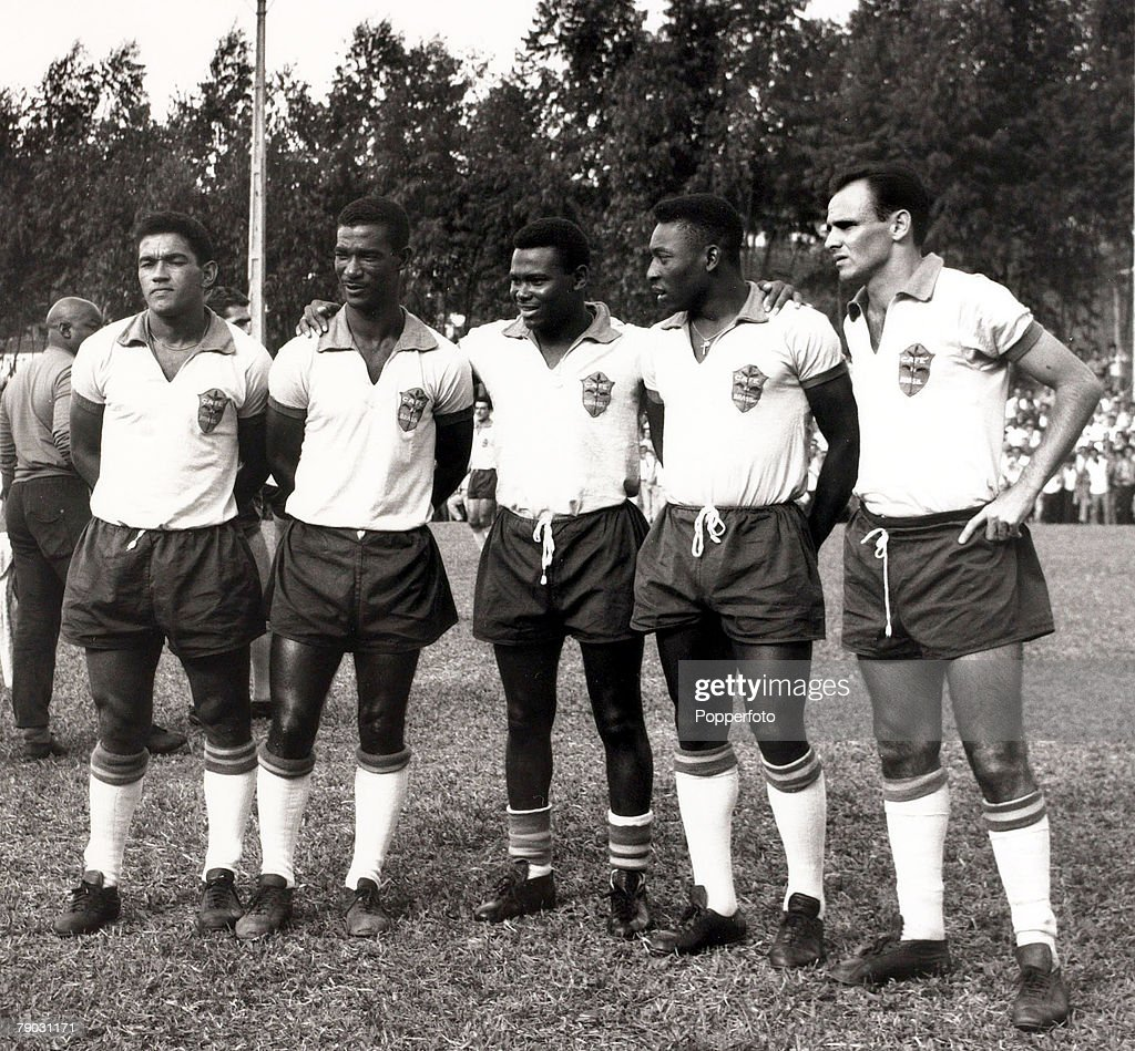Sport/Football. 1962. Brazil players, L-R: Garrincha, Didi, Coutinho, Pele and Pepe pose for a photograph at Nova Friburgo where Brazil are preparing for the 1962 World Cup Finals in Chile. : News Photo