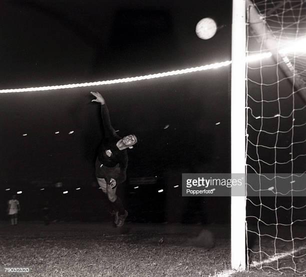 Sport/Football Copa Libertadores South American Club Championship Boca Juniors v Santos Santos and Brazil star goalkeeper Gilmar at full stretch as...
