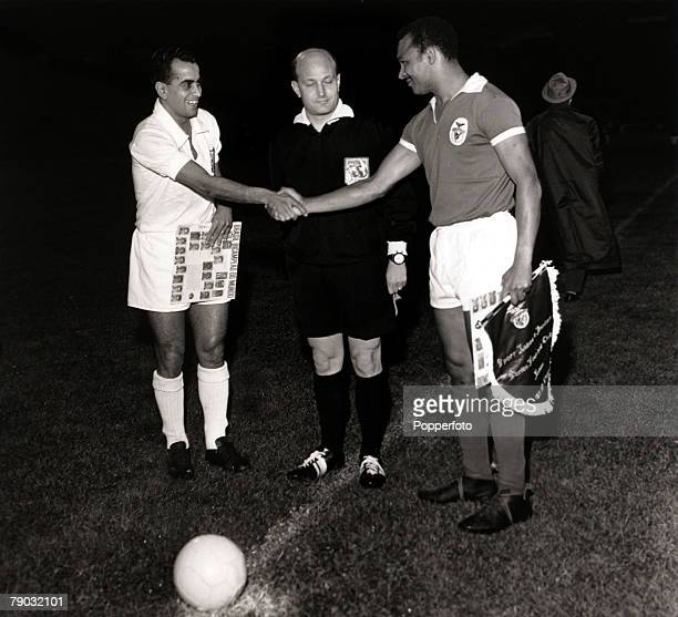 Sport/Football World Club Championship Second leg Lisbon Portugal 11th October 1962 Benfica 2 v Santos 5 Santos captain Zito shakes hands with...